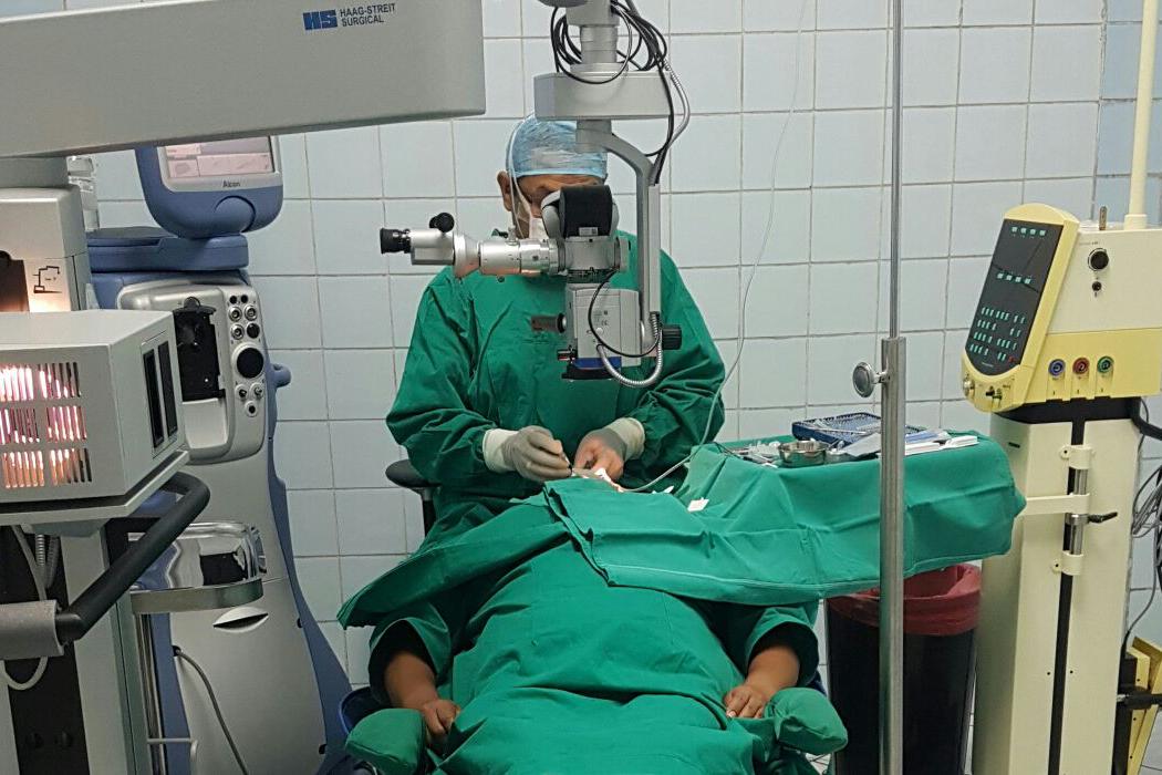 http://www.retinologodantealiaga.com/wp/wp-content/uploads/2016/03/cirugia-especializada-de-ojos.png