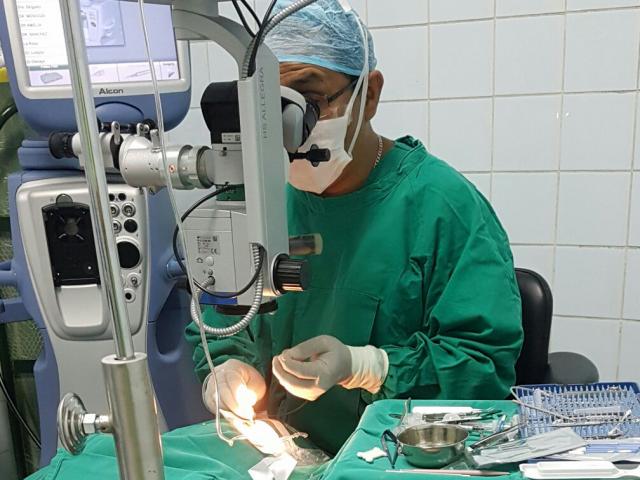 https://www.retinologodantealiaga.com/wp/wp-content/uploads/2015/09/cirugia-desprendimiento-de-retina-640x480.png